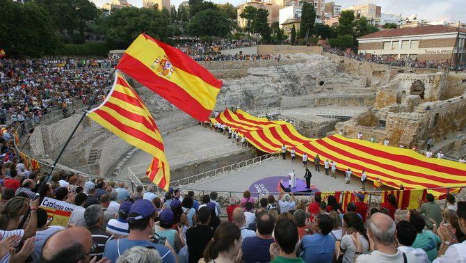 Societat Civil Catalana ha portat la senyera a l'amfiteatre de Tarragona. (Foto: SCC)
