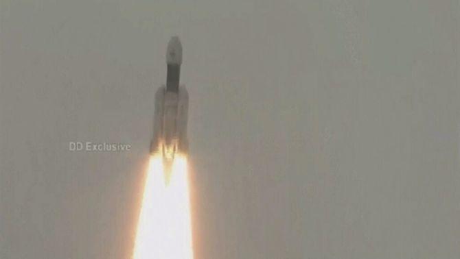 L'Índia llança amb èxit la seva primera nau a la Lluna