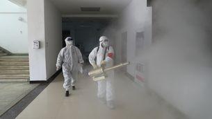 Voluntaris desinfecten un edifici a Wuhan, per prevenir l'expansió del coronavirus Covid-19 (China Out via Reuters)