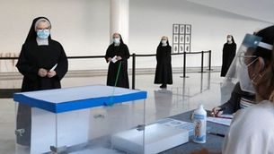 Monges votant en un col·legi electoral a les eleccions gallegues del passat juliol
