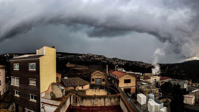 Una línia de tempestes escombra Catalunya, amb llamps, trons i calamarsa