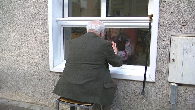 La història del Xavier i la Carmen, un amor de 66 anys, ara, darrere la finestra
