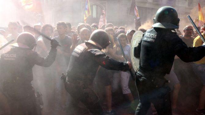 Càrrega dels mossos contra els manifestants de la protesta 'holi' contra els Mossos