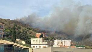 Un incendi crema entre Portbou i Cervera de la Marenda