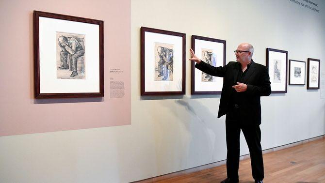 L'especialista del museu Van Gogh, Teio Meedendorp, mostra el dibuix en la seva exposició