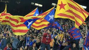 Aficionats del Barça amb estelades el dia del partit de Lliga contra l'Eibar (EFE)