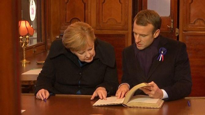 Merkel i Macron dintre del vagó on es va signar l'armistici