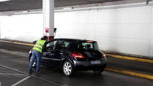 Pla general d'un vehicle aturat pel personal de la duana de la Farga de Moles poc després d'activar-se el sistema de lectura automàtica de matrícules, el 4 de desembre de 2018 (Horitzontal).