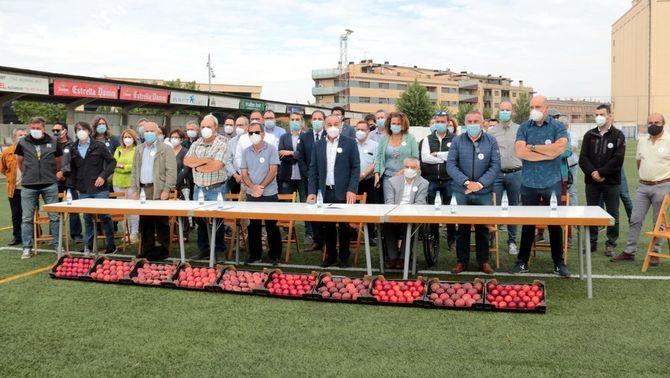 Pla obert d'alcaldes, representants d'organitzacions agràries i d'empreses fruiteres durant l'acte unitari celebrat al camp de f…