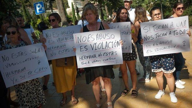 FEministes amb cartells que diuen 'No és abús, és violació', 'Jo sí que et crec' o 'Germana, no estàs sola'