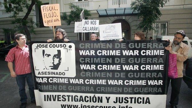 Familiars, amics i companys de José Couso, en una protesta el 2007 amb la pancarta 'Crim de guerra. Investigació i justícia'