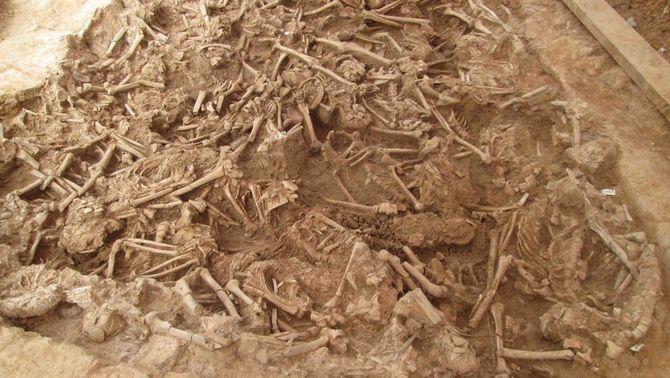 L'excavació en una fossa comuna de la Sagrera