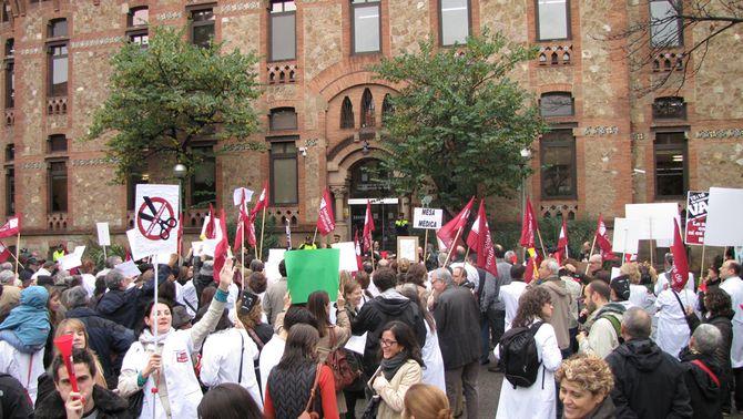 Els metges denuncien que Salut vol retallar un 8% el pressupost dels hospitals de l'ICS