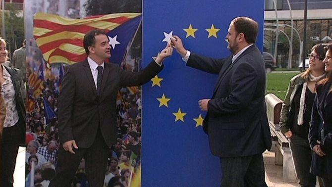 Alfred Bosch i Oriol Junqueras col·loquen una nova estrella a la bandera europea.