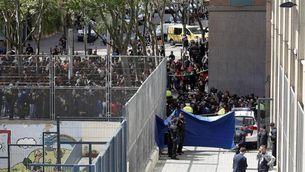 Cordó policial a l'entrada de l'Institut Joan Fuster de Barcelona (EFE)