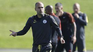 Pep Guardiola dirigint un entrenament del Manchester City (Reuters)