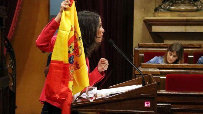 Moment en què Arrimadas ensenya una bandera espanyola (ACN)