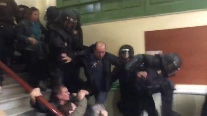 Identificat i imputat el policia de la puntada de peu voladora l'1-O a l'IES Pau Claris