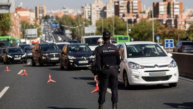 Controls policials a Madrid per les restriccions de mobilitat per combatre la Covid (EFE/Rodrigo Jiménez)