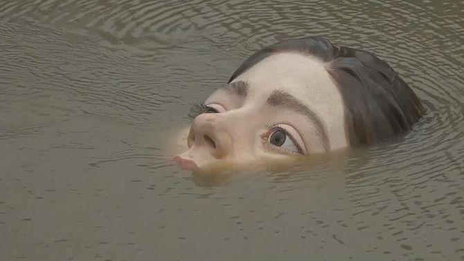 L'escultura del cap de la nena pesa 120 quilos i es veu o no segons la marea de la Ría de Bilbao