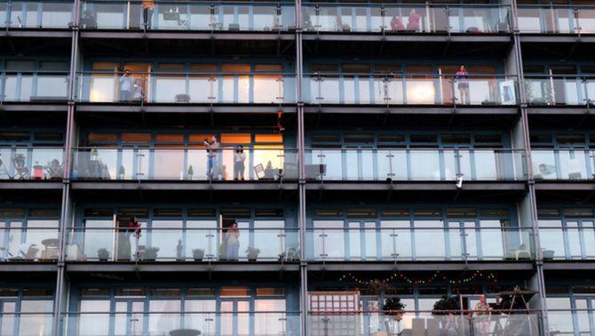 Gent als balcons durant el confinament