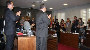 Aplaudiments després del minut de silenci al ple de l'Ajuntament de Castelldefels. (Foto: ACN)