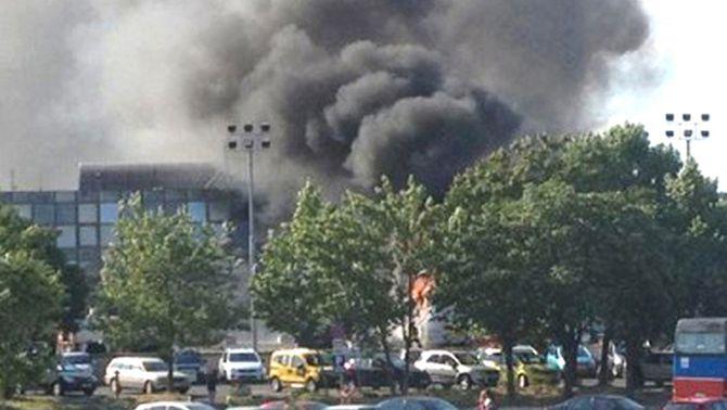 El fum causat per l'explosió, visible des de l'exterior de l'aeroport. (Foto: Reuters)