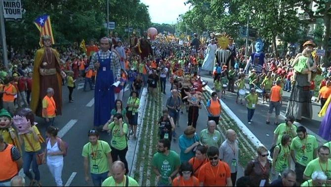 Desenes de milers de persones surten al carrer en una marea verda en defensa el català a l'escola