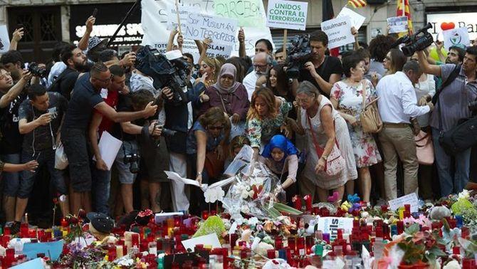 La manifestació ha acabat davant del mosaic de Joan Miró a la Rambla, completament cobert per espelmes i records (EFE)