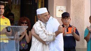L'abraçada entre el pare del nen mort a l'atemptat i l'imam de Rubí, un símbol de convivència