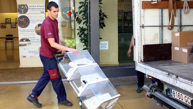 Un treballador descarrega urnes a un centre del barri de Gràcia per les darreres eleccions municipals (ACN)