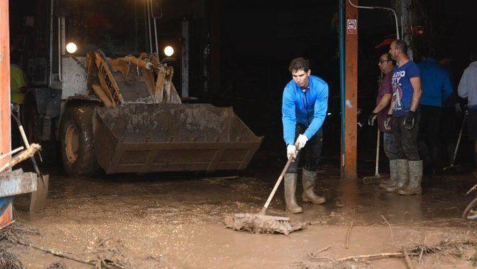 Rafael Nadal fa de voluntari en les tasques de neteja per ajudar els afectats per les inundacions de Mallorca