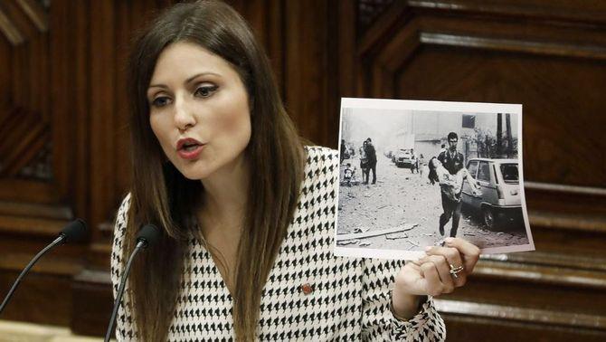 La líder de Cs a Catalunya en el moment de mostrar la foto de l'atemptat d'ETA a Vic (EFE)