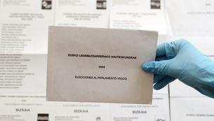 Butlletes i sobres per a les eleccions basques (EFE/Luis Tejido)