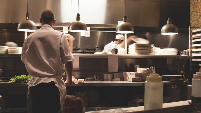 """""""Dark kitchens"""", macroprojectes que alarmen els veïns pel fum i els restaurants pels preus"""