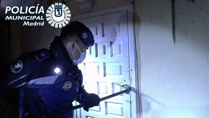 Una puntada a la porta polèmica: la policia pot irrompre en un pis per parar una festa?