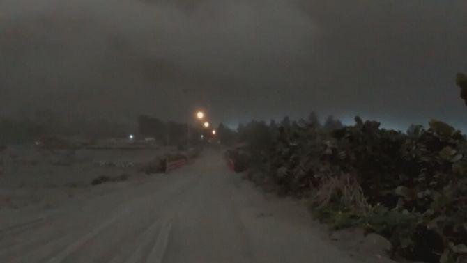 Pluja de cendra del volcà La Soufrière sobre l'illa de Saint Vincent