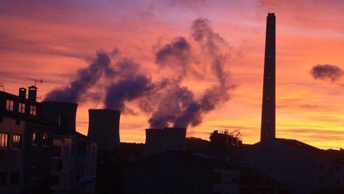 Xemeneies d'una central tèrmica emetent gasos contaminants