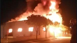Un incendi crema la nau de Rifacli, a Montblanc, i afecta dos magatzems més