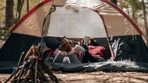 Dues noies en una tenda de campanya