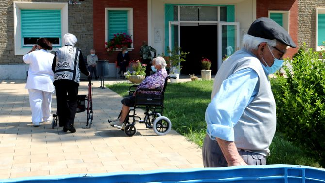 Usuaris al pati de la residència Verge de Ribera de la Pobla de Segur, el maig de 2020