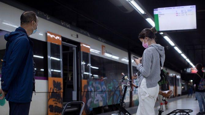 Usuaris a l'andana de l'estació de Sants, durant una de les jornades de vaga dels maquinistes de Renfe