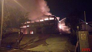 Estabilitzat l'incendi d'una fàbrica d'espelmes a Sentmenat que crema la nau principal