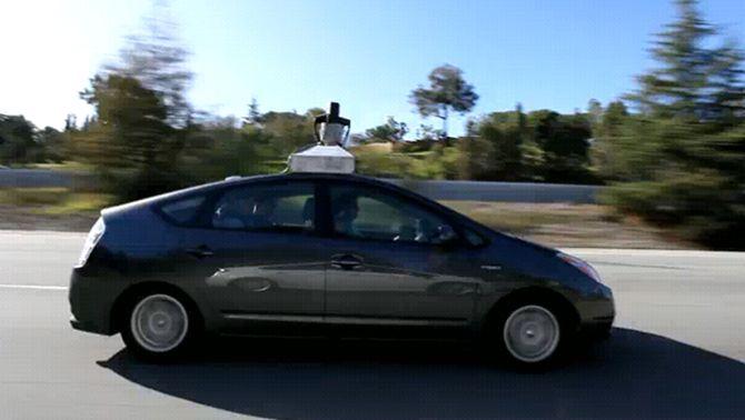 Google desenvolupa un sistema que permet que els cotxes es condueixin sols