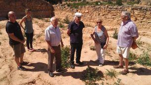 Familiars de les víctimes i veïns durant una visita a la fossa del Soleràs, ubicada al cementiri vell del poble