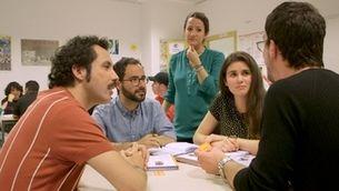 La professora Marta Escartín contempla una dinàmica entre els seus alumnes de català