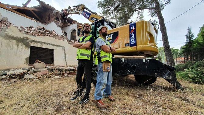 """Final apoteòsic: els """"Bricoheroes"""" tiren a terra una casa per canviar-ne el pany"""