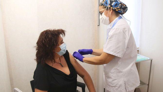 Pla mitjà d'una dona que rep una vacuna de Pfizer al punt de vacunació de Reus. Foto del 25 de maig del 2021 (horitzontal).