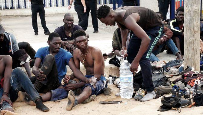 Més de 200 migrants entren a Melilla després d'un nou salt a la tanca