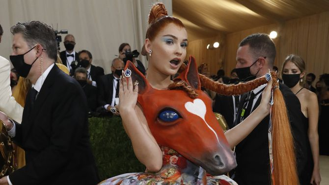 La cantantautora alemana Kim Petras va arribar amb unvestit deCollina Strada amb un cap de cavall iuna faldilla estampad (Reuters/Mario Anzuoni)